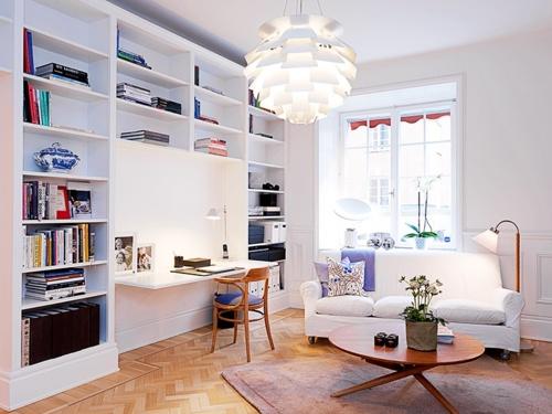 Designerskie wnętrze mieszkania z żyrandolem na pierwszym planie.